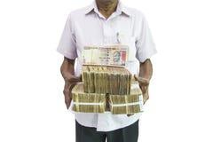 Mann, der indische Banknoten über weißen Hintergrund hält Stockfotos