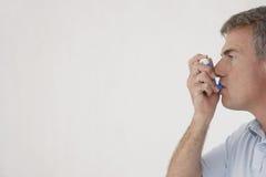 Mann, der Inhalator verwendet lizenzfreie stockfotos