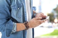 Mann, der intelligentes Telefon verwendet Lizenzfreies Stockfoto