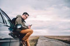 Mann, der intelligentes Telefon verwendet Lizenzfreie Stockbilder
