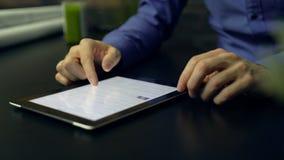 Mann, der Internet auf Tablette sucht stock video