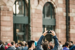 Mann, der iPhone Produkteinführung fotografiert Lizenzfreies Stockbild