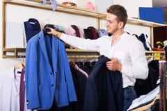 Mann, der Jacke kauft Lizenzfreies Stockfoto