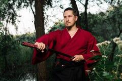 Mann in der japanischen Kleidungsuniform der ethnischen Samurais Lizenzfreies Stockbild
