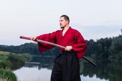Mann in der japanischen Kleidungsuniform der ethnischen Samurais Lizenzfreie Stockfotos