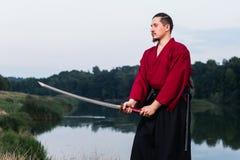 Mann in der japanischen Kleidungsuniform der ethnischen Samurais Lizenzfreie Stockbilder