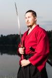 Mann in der japanischen Kleidungsuniform der ethnischen Samurais Stockfotografie