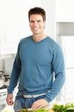 Mann an der Küche lizenzfreies stockfoto