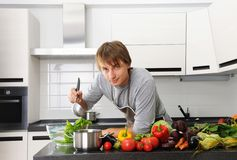Mann in der Küche stockfotografie