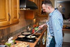 Mann in der Küche Lizenzfreies Stockfoto