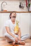 Mann an der Küche lizenzfreie stockfotografie