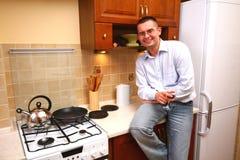 Mann in der Küche Stockbild