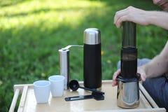 Mann, der Kaffee in der Natur macht Lizenzfreie Stockbilder