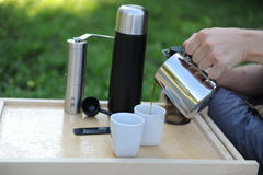 Mann, der Kaffee in der Natur macht Lizenzfreies Stockbild