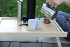 Mann, der Kaffee in der Natur macht Stockfotografie