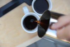 Mann, der Kaffee in der Natur macht Lizenzfreie Stockfotos