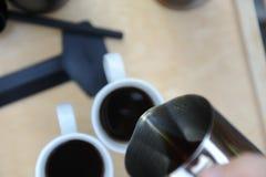 Mann, der Kaffee in der Natur macht Stockfoto