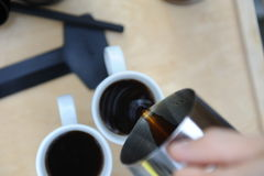 Mann, der Kaffee in der Natur macht Lizenzfreies Stockfoto