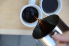 Mann, der Kaffee in der Natur macht Stockbild