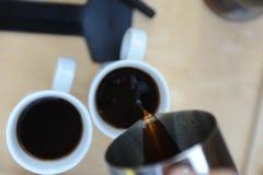 Mann, der Kaffee in der Natur macht Stockbilder