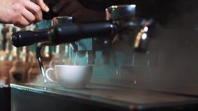 Mann, der Kaffee an der Kaffee-Maschine zubereitet stock footage