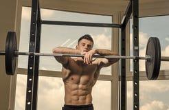 Mann, der Kamera betrachtet Stattliches Manngesicht Sportler, Athlet mit den Muskelblicken attraktiv Sport und Turnhallenkonzept  lizenzfreies stockbild