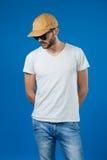 Mann in der Kappe und in der Sonnenbrille lizenzfreie stockfotos