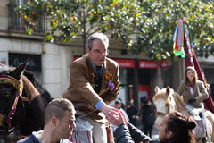 Mann, der Karamele vom Pferd austeilt Stockfotos