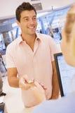 Mann, der Kauf mit Kreditkarte abschließt Lizenzfreie Stockfotografie