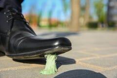 Mann, der in Kaugummi auf Bürgersteig tritt lizenzfreie stockfotografie