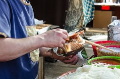 Mann, der Kebab im mittelalterlichen Markt vorbereitet Stockfoto