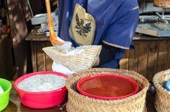 Mann, der Kebab im mittelalterlichen Markt vorbereitet Stockbild