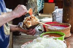 Mann, der Kebab im mittelalterlichen Markt vorbereitet Lizenzfreie Stockfotos