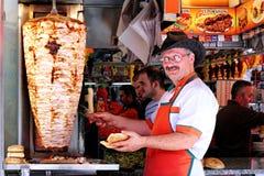 Mann, der kebab Sandwich zubereitet Stockfoto