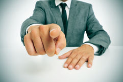 Mann in der Klage den Finger zeigend Stockfotografie