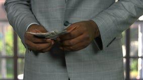 Mann in der Klage, die Bargeld zählt stock video