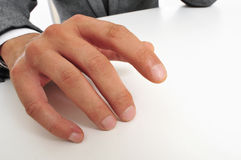 Mann in der Klage, die seine Finger trommelt Stockfotos
