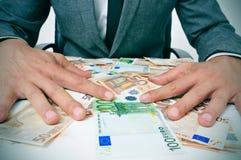 Mann in der Klage mit Eurorechnungen Stockfotografie