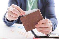 Mann in der Klage mit Geldbörse und Kreditkarte Stockbild