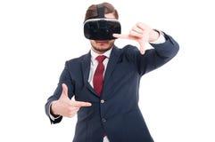 Mann in der Klage mit Gläsern der virtuellen Realität Stockbild