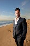 Mann in der Klage am Strand Lizenzfreie Stockfotografie
