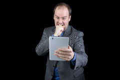 Mann in der Klage verärgert an der Tablette Lizenzfreies Stockbild