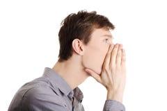 Mann, der Klatsch erklärt Stockfoto