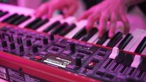 Mann, der Klaviertastatur spielt stock video footage