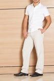 Mann, der Kleidung und Schuhe modelliert Stockfoto