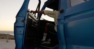 Mann, der in Kleintransporter am Strand 4k kommt stock video