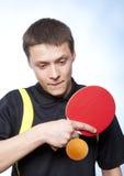 Mann, der Klingeln pong spielt Lizenzfreies Stockbild