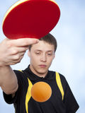 Mann, der Klingeln pong spielt Stockfotos