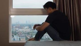Mann, der Knie und Schrei an den Fenstern umarmt stock video footage