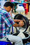Mann, der Kokosmilch verkauft lizenzfreies stockfoto